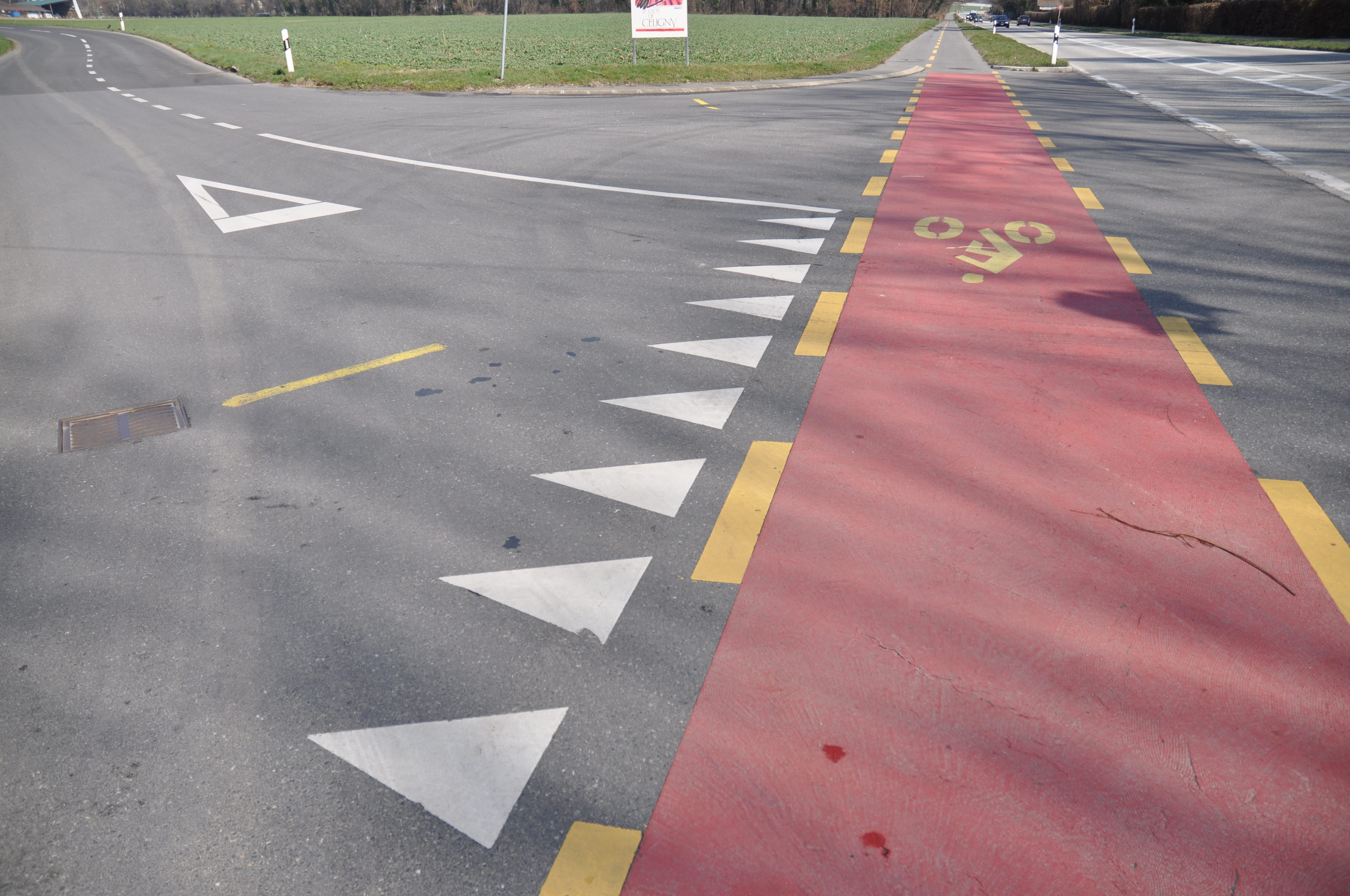 Intersection bande cyclable rouge
